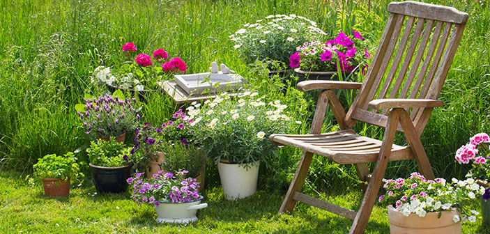 træ havestol med hyggelige krukker