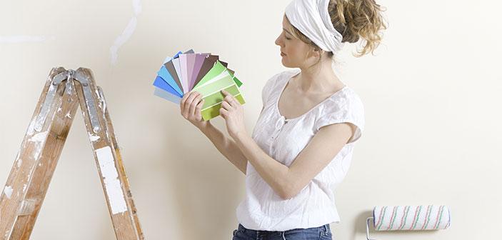 kvinde på stige med farvekort